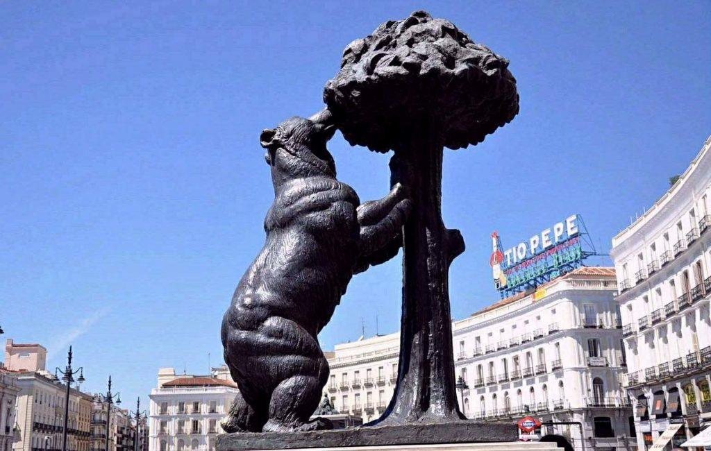 estatua del oso y el madrono