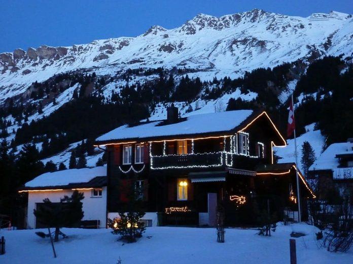 casa decorada con luces navidad grindelwald