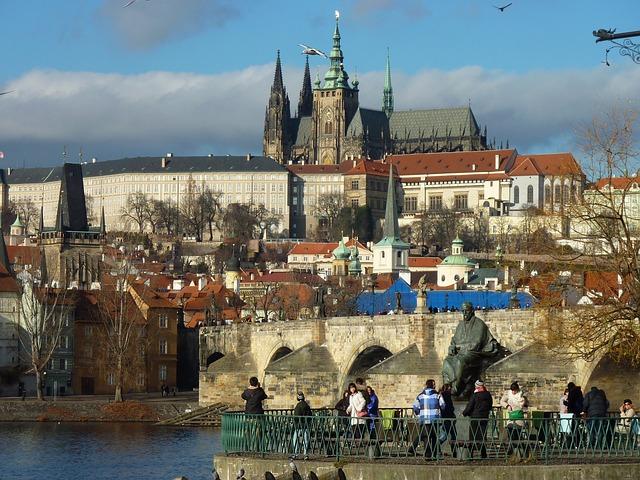 El castillo de Praga en lo alto del centro histórico