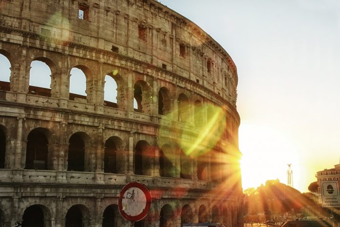 Turistas en el Coliseo de Roma