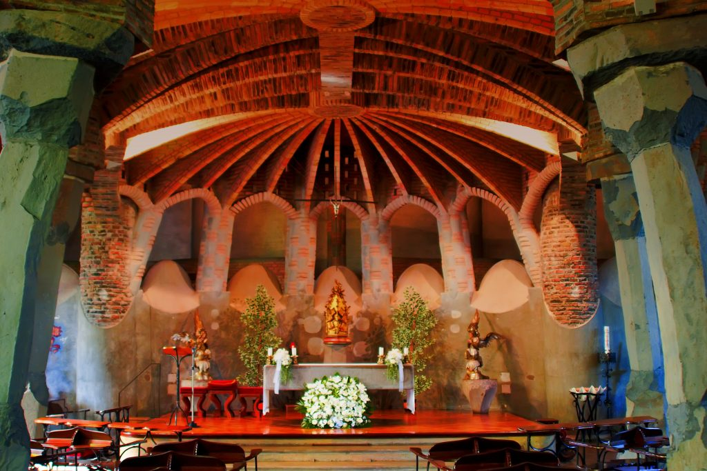 Cripta de la iglesia de la Colonia Güell.