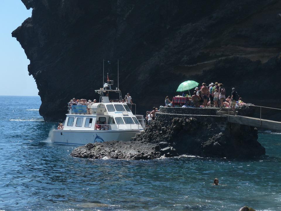 Turistas llegando en barco a la Bahía de Masca