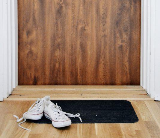 Zapatos en la entrada de casa